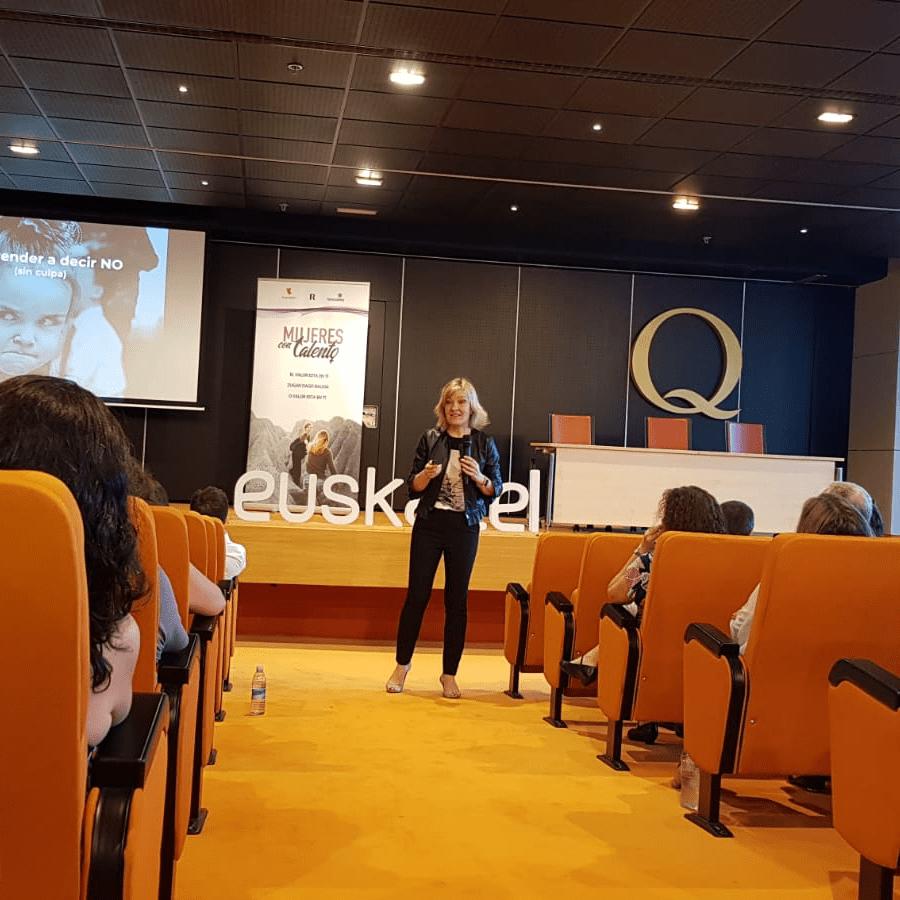 """Fotografía de Pilar Jericó en la conferencia """"Mujeres con talento"""""""