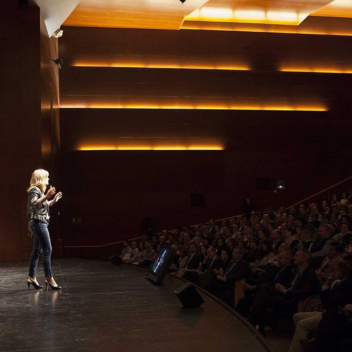 Fotografía de Pilar Jerico en conferencia