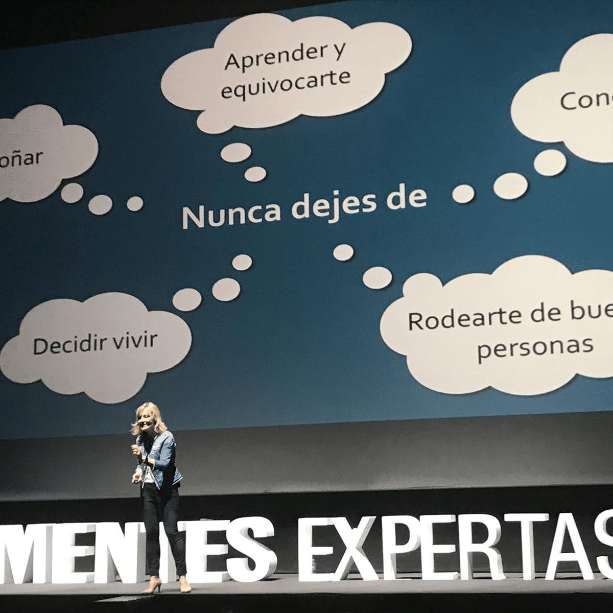 """Fotografía de Pilar Jericó en la conferencia """"Mentes expertas"""""""